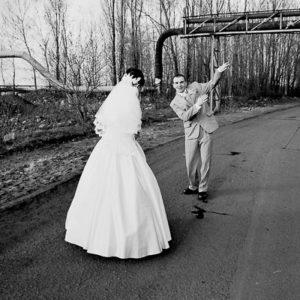 czarno-biały ślub wśród rur